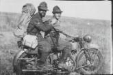 set.42 - Padre Crosara in movimento fra le varie compagnie del battaglione
