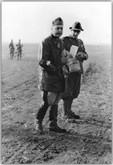 Agosto 42 - Il Generale Gariboldi Comandante dell'ARMIR in visita ai reparti con il suo Attendente Alpino del 5° reggimento